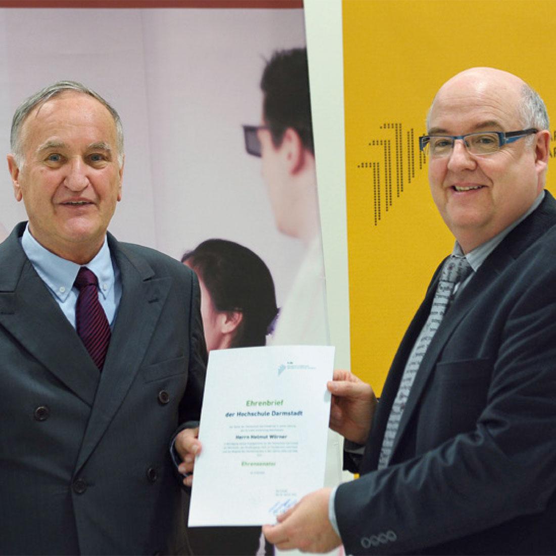 Controlware Gründer Helmut Wörner wird von Prof. Dr. Ralph Stengler eine Urkunde überreicht.