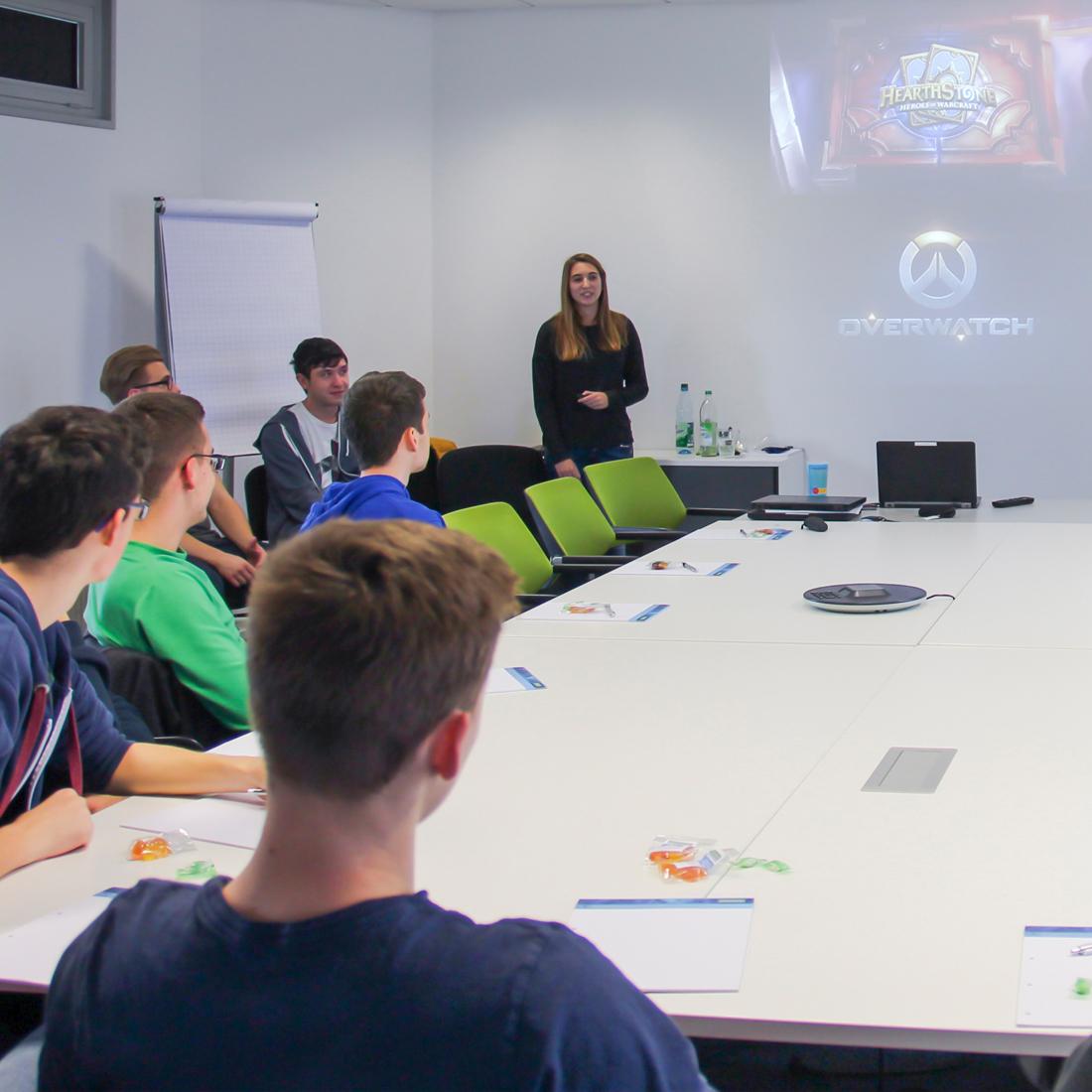 Der Informatik-Kurs der Heinrich-Mann-Gesamtschule bei Controlware in Dietzenbach.