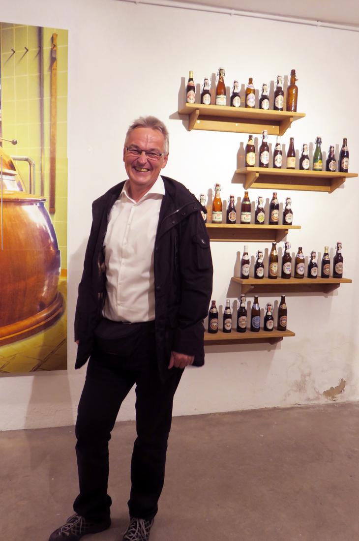 Verkaufsleiter Jens Caspary steht vor dem Sortiment der Glaabsbräu Brauerei.