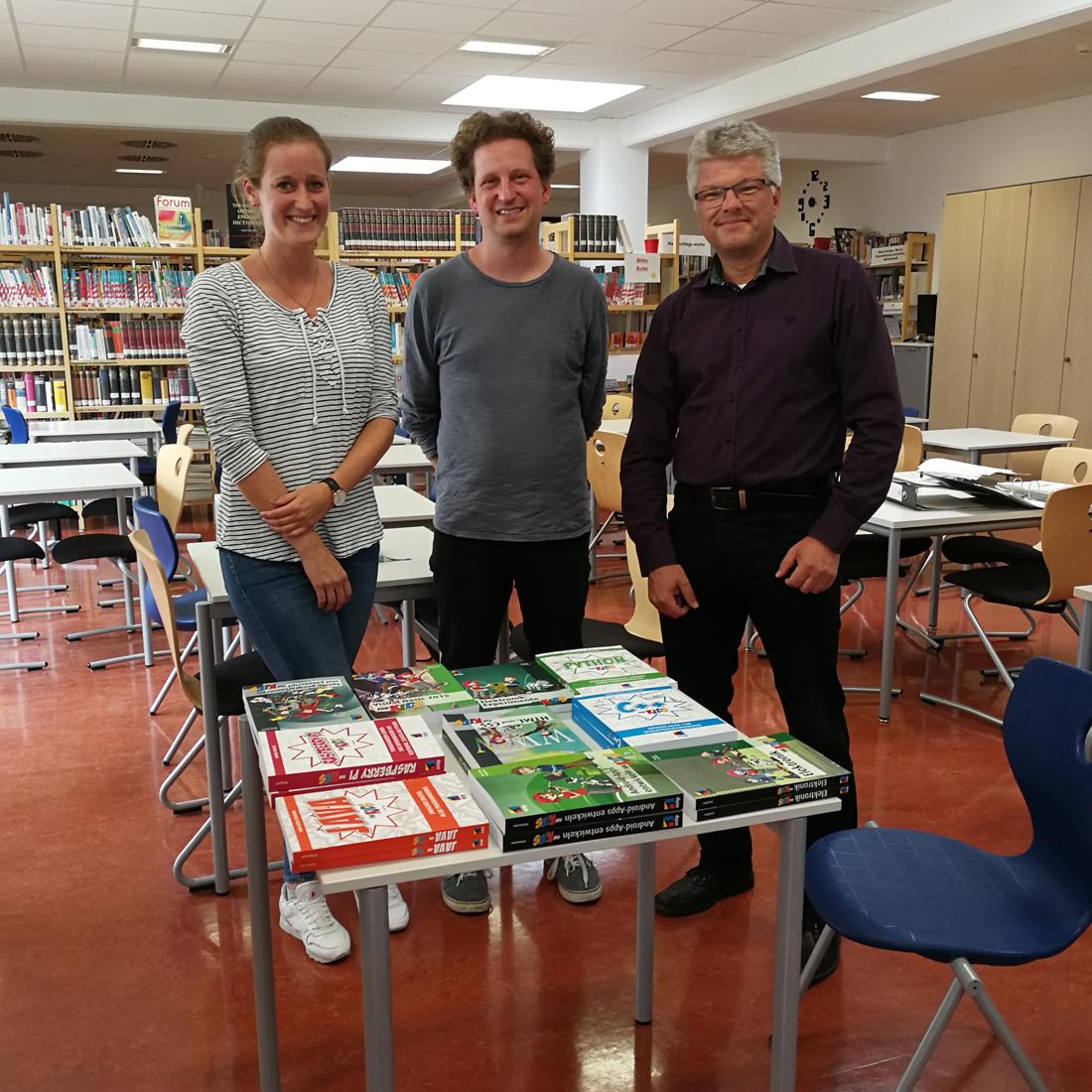 """Die Initiative """"Junge IT"""" versorgte die Schulbibliothek mit neuer Enfuehrungslektuere zur Informatik."""