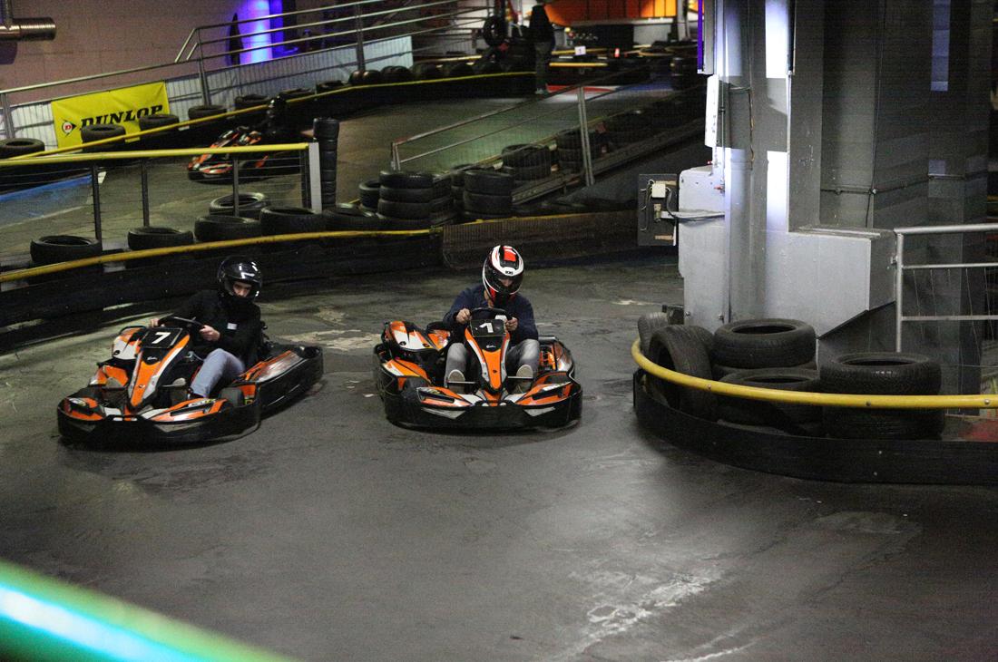Zwei Rennfahrer des Controlware Kart-Cups flitzen um die Kurve.