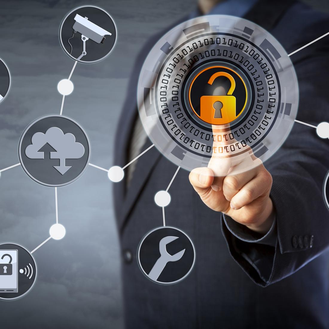 Ein Mann berührt mit seinem Finger ein grafisch visualisiertes Schloss, das digitale Sicherheit symbolisiert.
