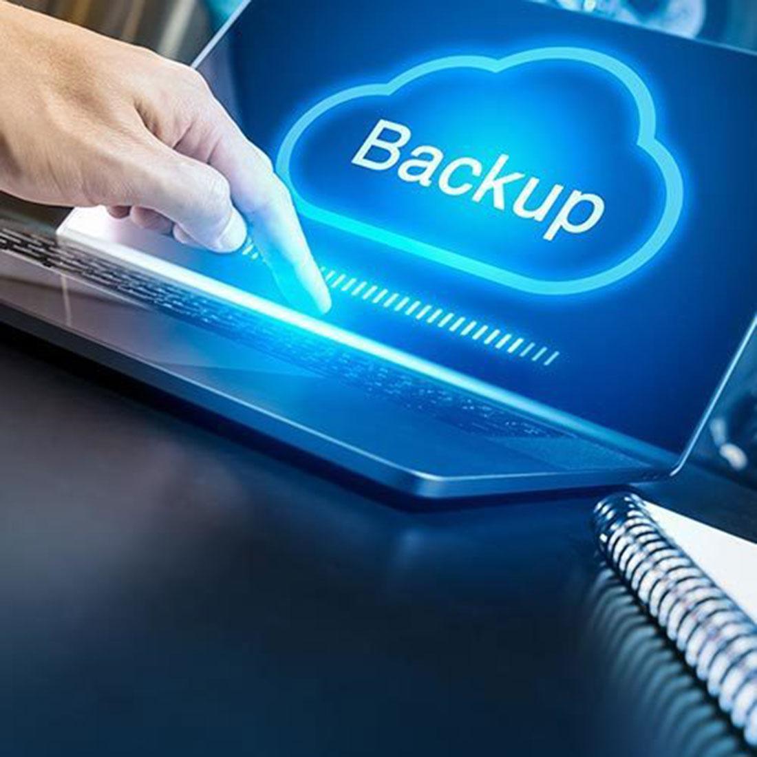 Ein Mann macht ein Cloud-Backup auf dem Laptop.
