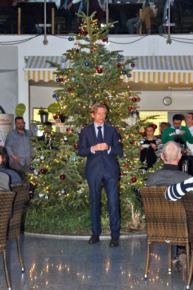 Geschaeftsfuehrer Bernd Schwefing haelt eine kleine Rede auf der Weihnachtsfeier.