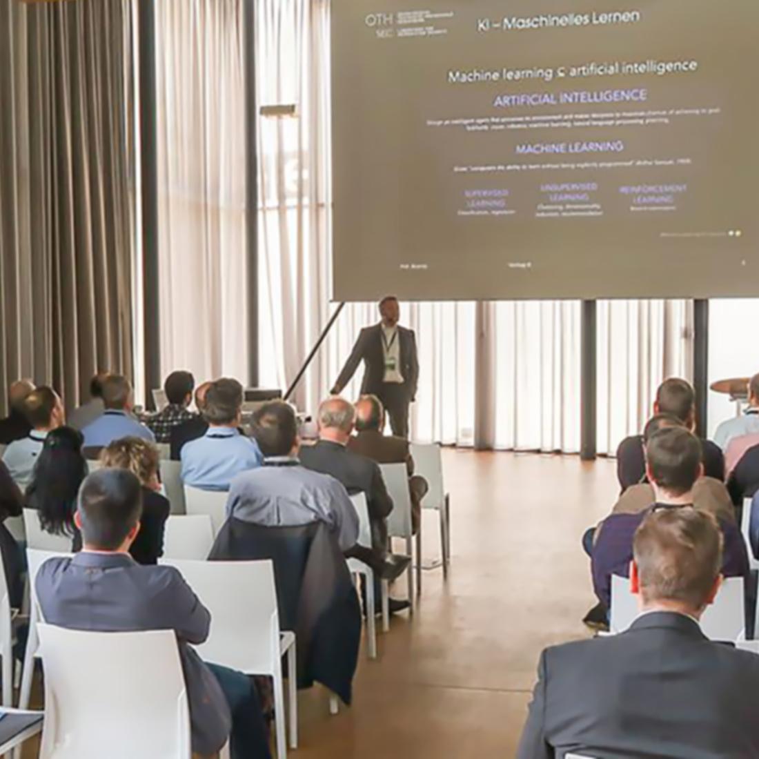 Ein Saal voller Menschen, die einer Präsentation zuhören, auf der vergangenen Security Roadshow in Stuttgart.