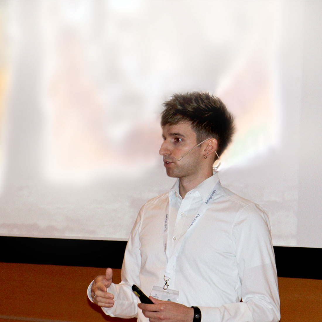 Controlware Security-Experte Nils Rogmann bei einem Vortrag.
