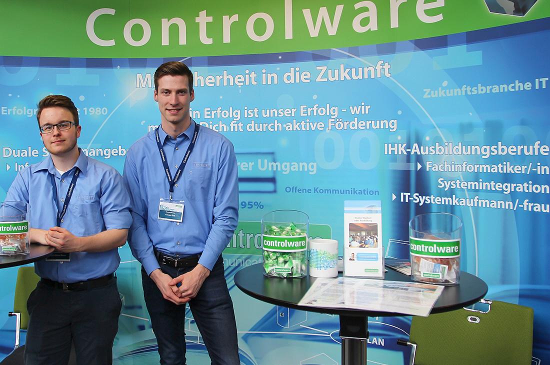 Mark-Oliver Masur (links) und Fabian Orth, duale KoSI-Studenten von Controlware, beraten als Messeteam die Besucher der Ausbildungsmesse hobit 2019.