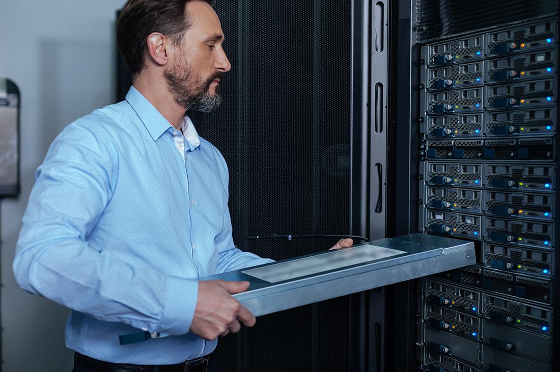 IT-Administrator im Serverraum, aktueller Job des Monats bei Controlware