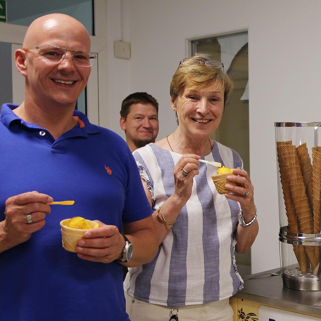 Eine Mitarbeiterin und ein Mitarbeiter von Controlware essen Eis