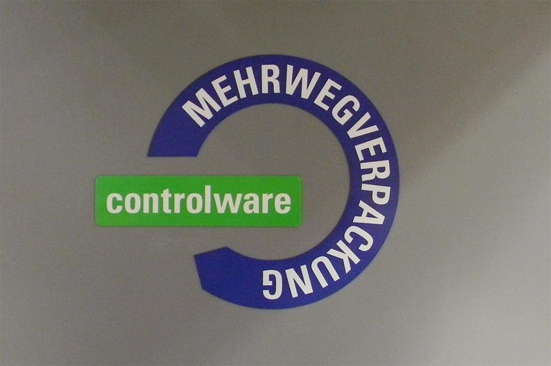 Close-Up des Controlware Logos auf den Mehrwegtransportkisten.