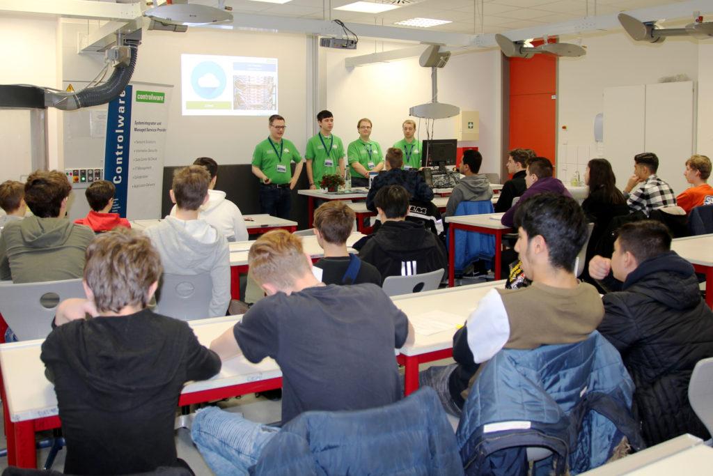 """Die Mitarbeiter von Controlware halten auf der Ausbildungsmesse der Weibelfeldschule Dreieich den Vortrag """"Gaming in der Cloud – unsichtbares Vertrauen?"""""""