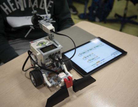 Dank der Förderung der Controlware Stiftung konnte die Adolf-Reichwein-Schule acht neue Lego-Mindstorm-Roboter sowie 20 Tablets inkl. der zugehörigen symbolbasierten EV3 Software anschaffen, mit denen die Schüler des Robotik-Kurses noch besser Programmieren lernen können.