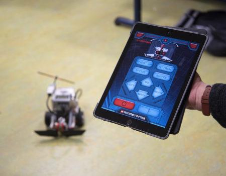 Einmal von den Schülern programmiert, lassen sich die Roboter ganz einfach per Tastendruck steuern.