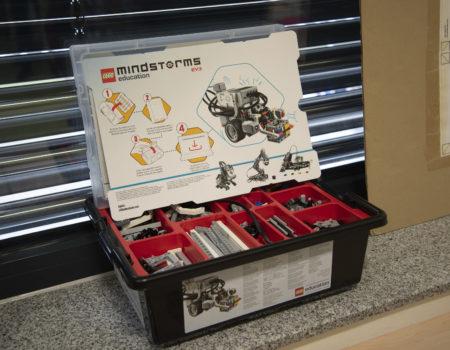 Die programmierbaren Lego-Roboter begeistern die Schüler: Statt grauer Theorie können sie mit den Lego-Bausätzen selbst experimentieren und ihre Programmier-Ideen praktisch in die Tat umsetzen.