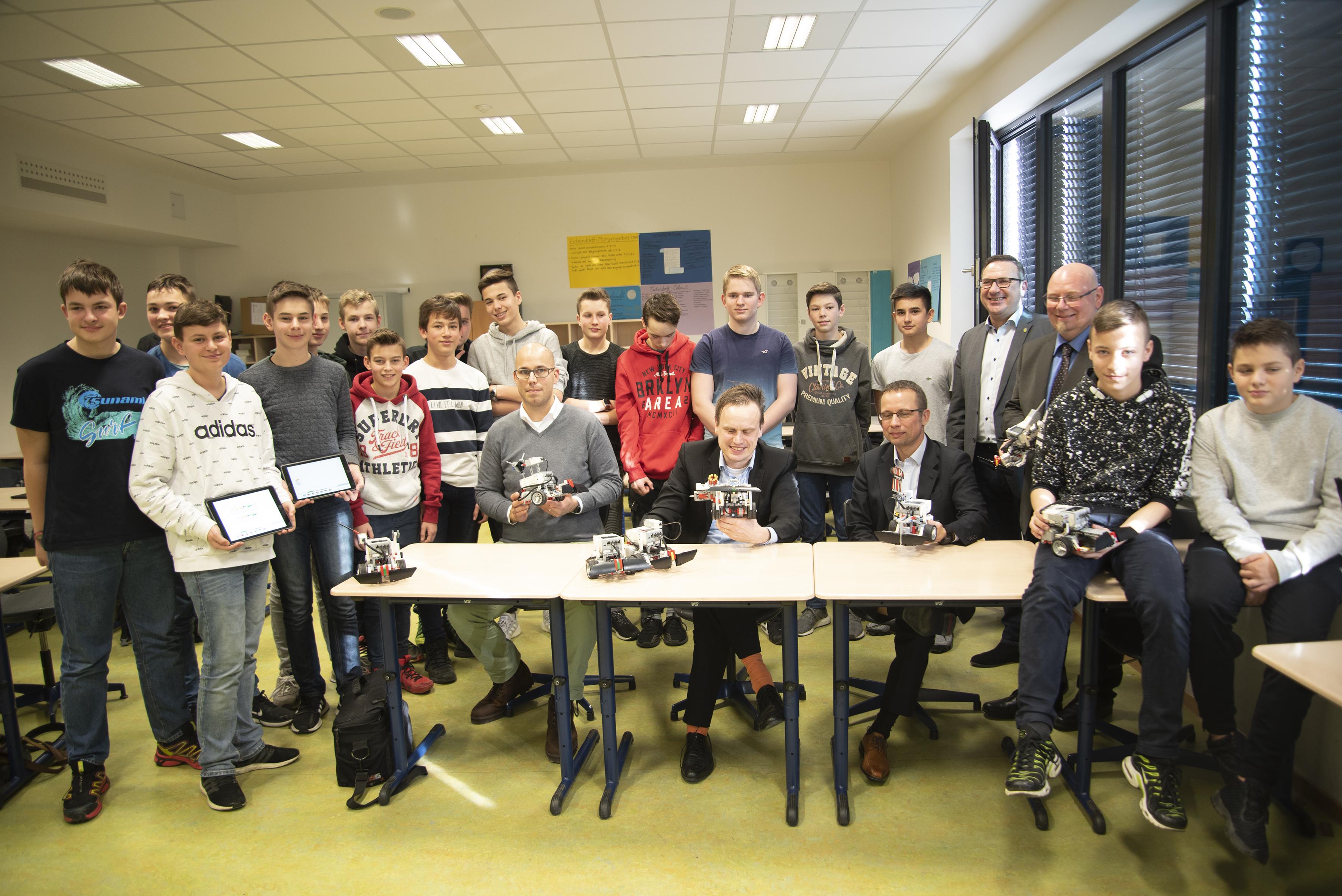 Gruppenbild mit Fabian Wörner, Vorstandsvorsitzender der Controlware Stiftung, und den Schülern des Robotik-Kurses der Adolf-Reichwein-Schule