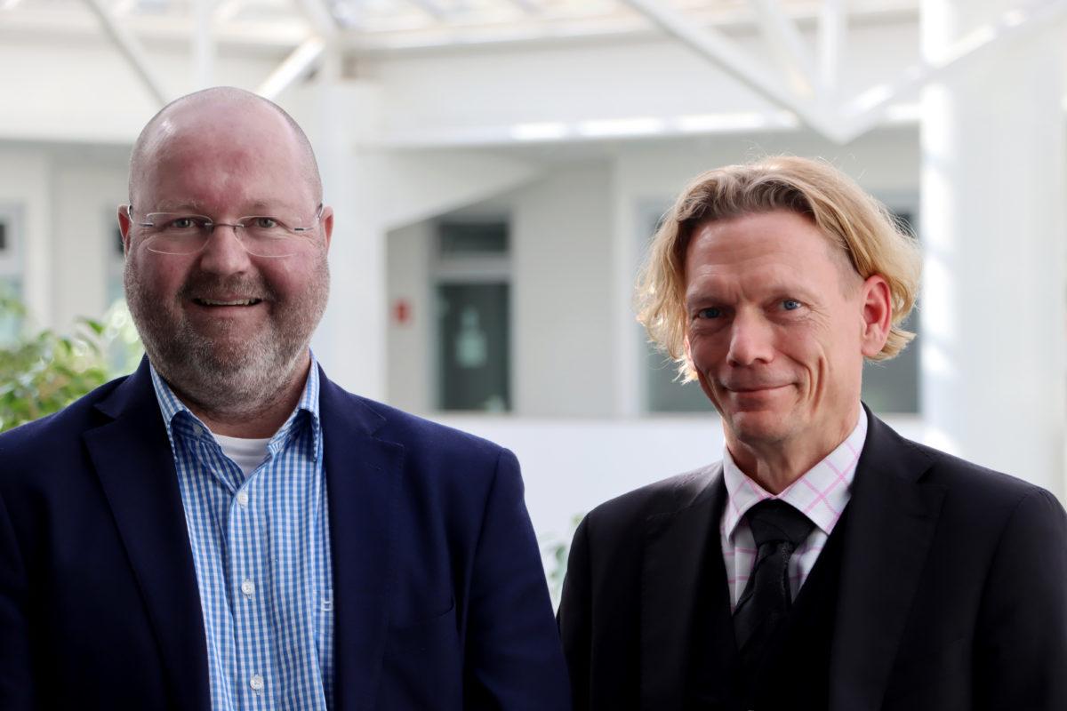 Detlev Knierim, Director für die Region DACH/EE bei Arista (links) und Bernd Schwefing, CEO von Controlware.© Controlware GmbH